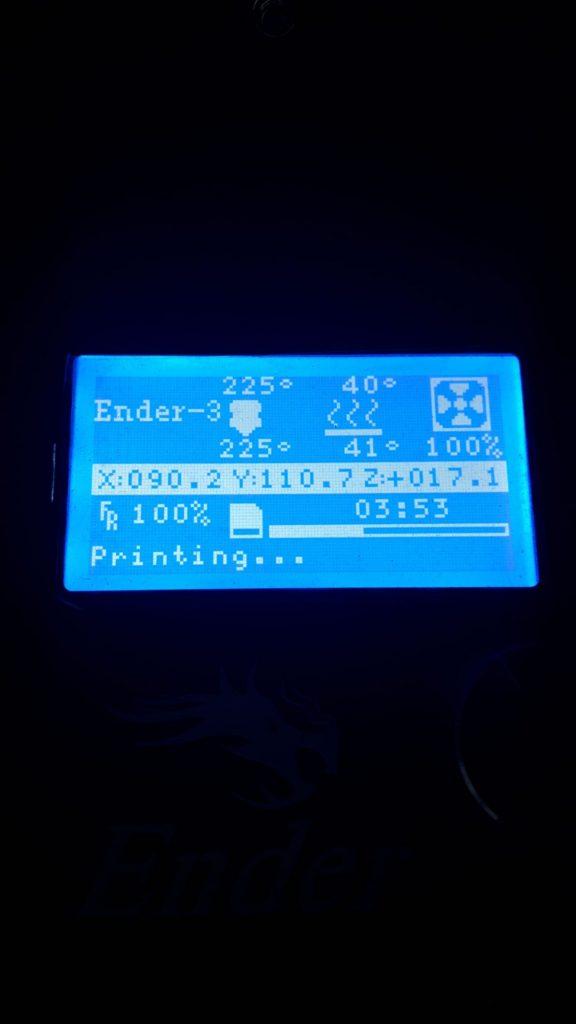 pannello LCD della stampante durante la produzione di stampa 3d valvole di raccordo per maschere della Decathlon